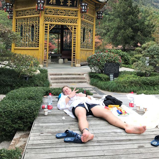 Beim Entspannen vor dem Teehaus