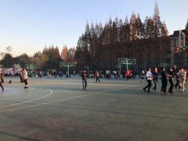 Chinesische Studierende beim Basketball spielen