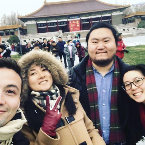 Vor dem Nanjing- Museum mit meinen internationalen Chinesen aus Palo Alto, Paris und London