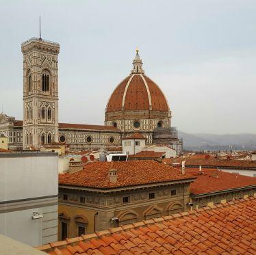 Blick auf die Kuppel des Duomo von einer Dachterasse an der Piazza della Repubblica.