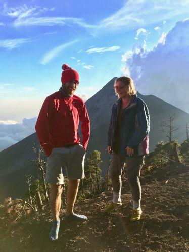 Zwei Studenten auf einem Vulkan in Guatemala.