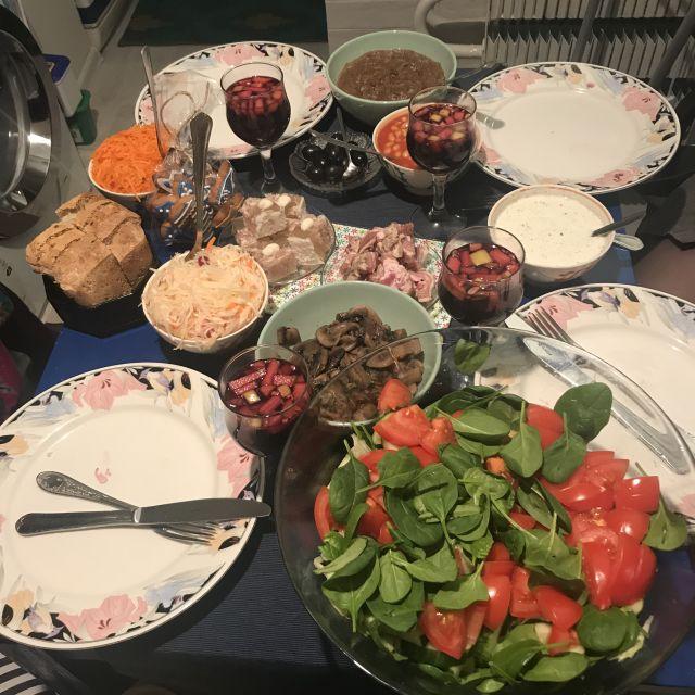 Gedeckter Tisch zum Weihnachtsfest
