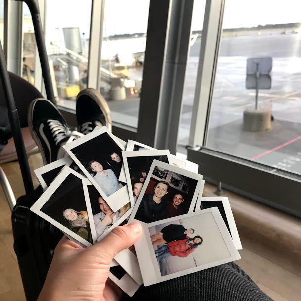Vor einer Flughafenkulisse sieht man Polaroidbilder verschiedener Freunde, die ich im Auslanssemester kennengelernt habe.