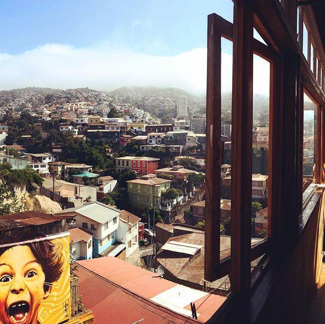 Blick aus dem Fenster auf die Hügel der Stadt