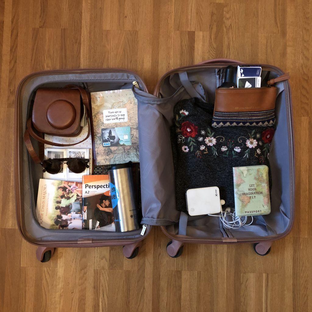 genannte Gegenstände eingepackt im Koffer