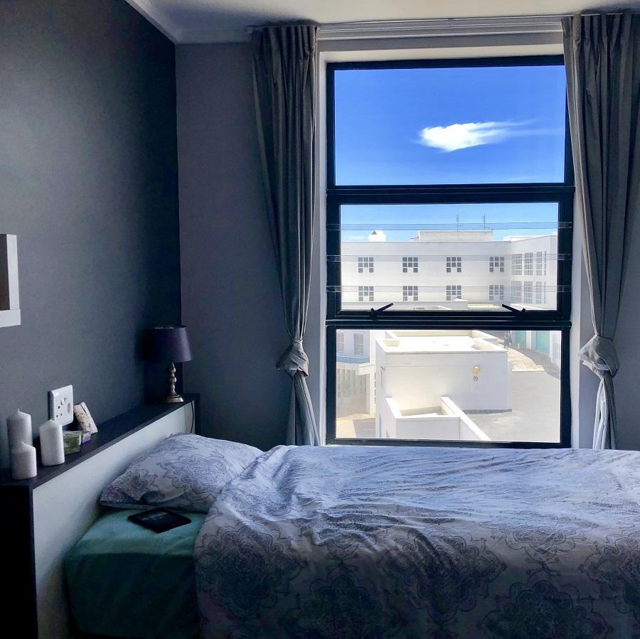 Zimmer mit Bett und Ausblick