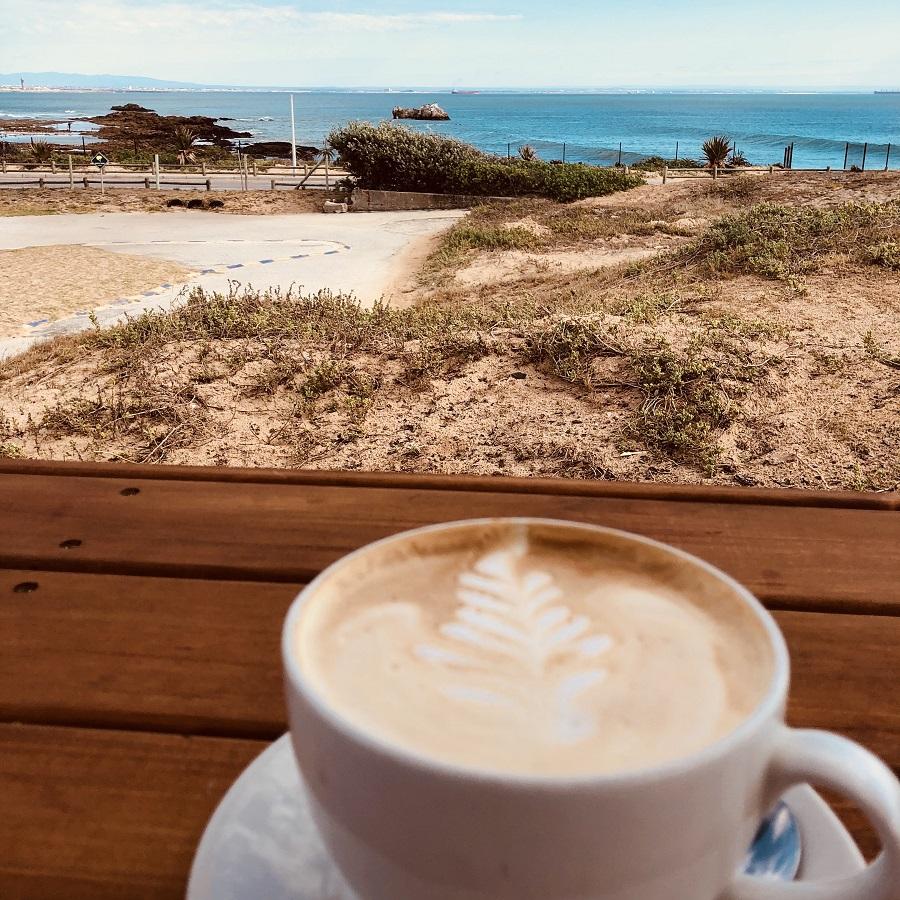 Cappuccino am Meer