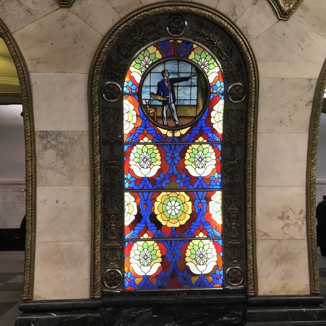 Glasmalerei-Gemälde in der Nowoslobodskaja Metrostation mit Blumenmuster und einem Künstler