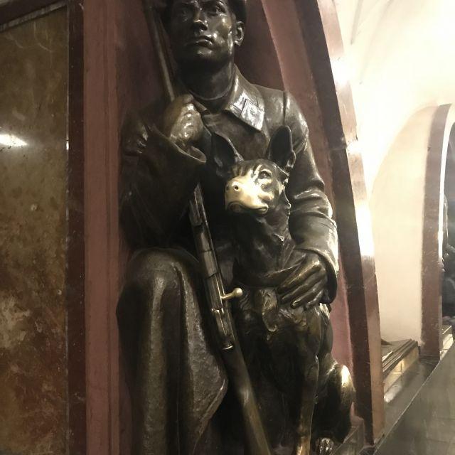 Soldaten-Statue mit Hund, dessen Nase