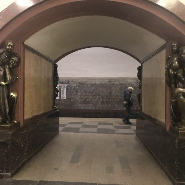 Statuen am Eingang zum Metro-Gleis