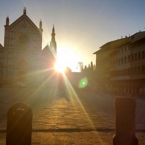 Die Sonne geht hinter der alten Kirche Santa Croce auf.