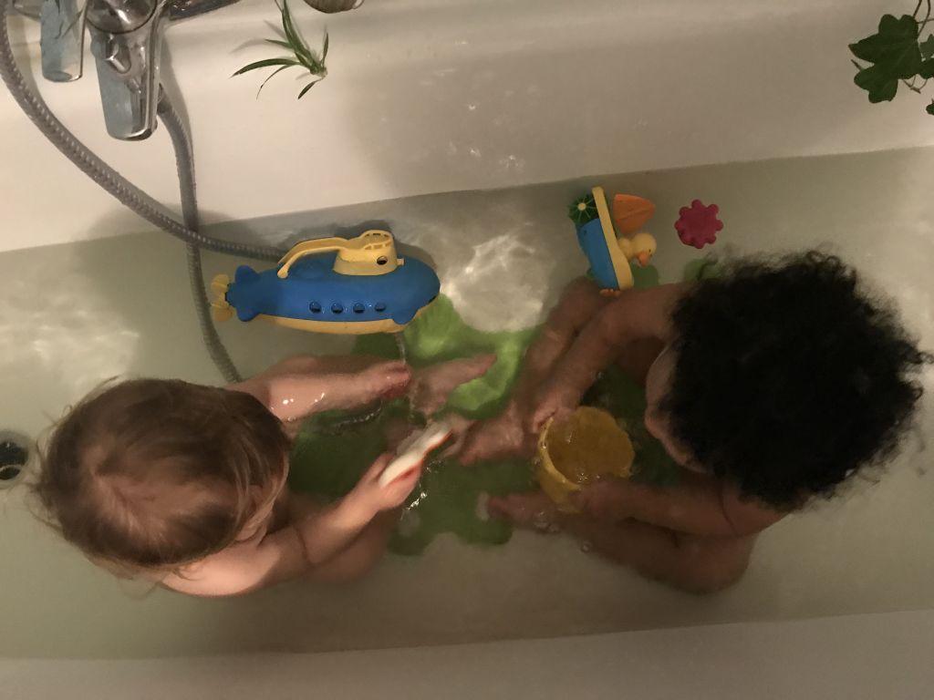 zwei kinder in der badewanne