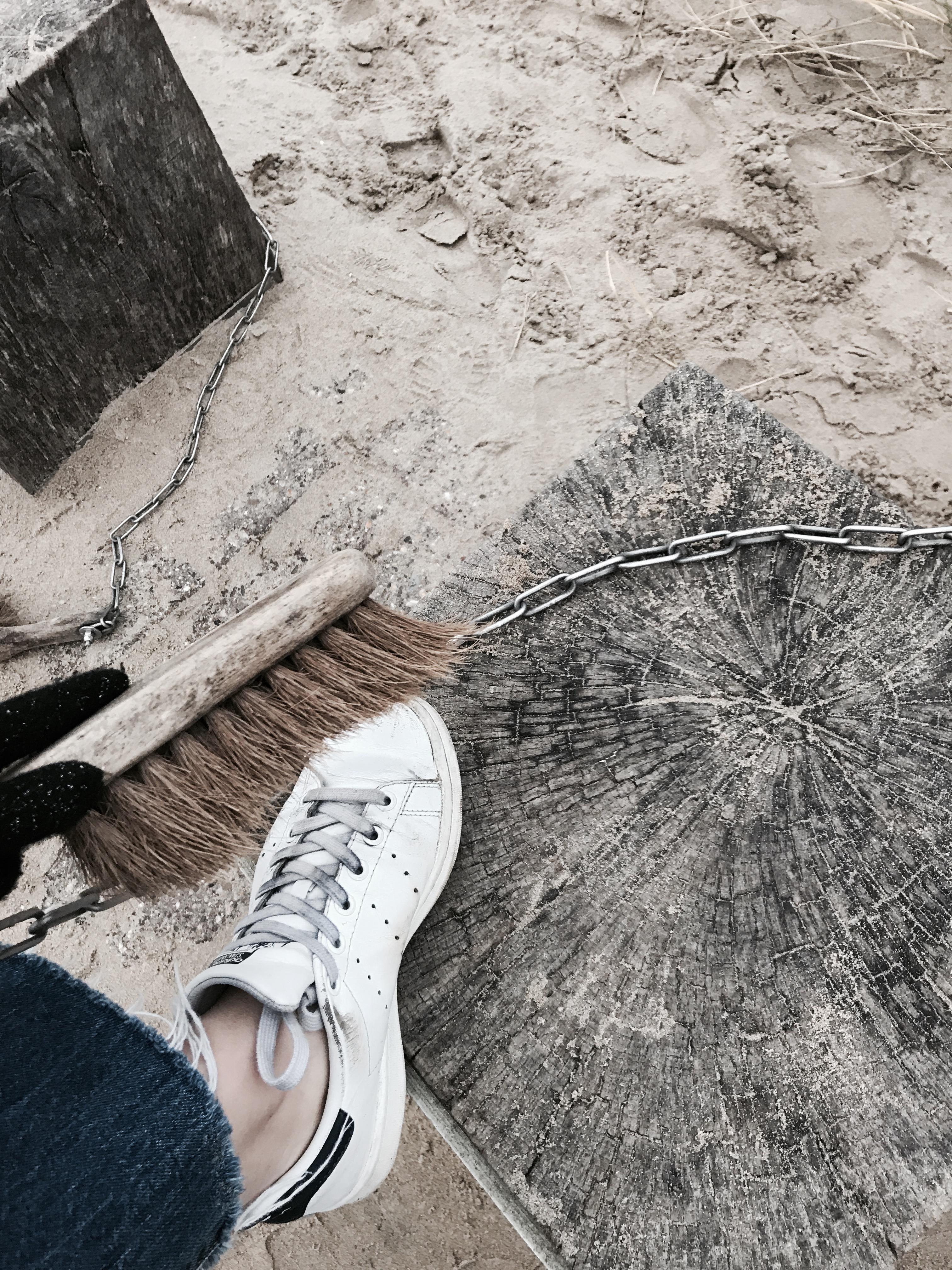Ein Besen zum Schuheputzen