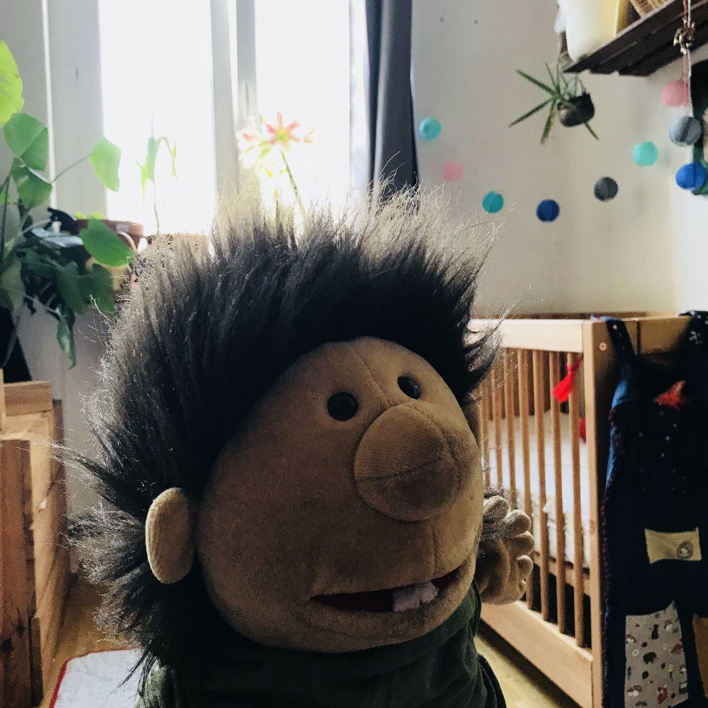 Puppe vor kinderbett