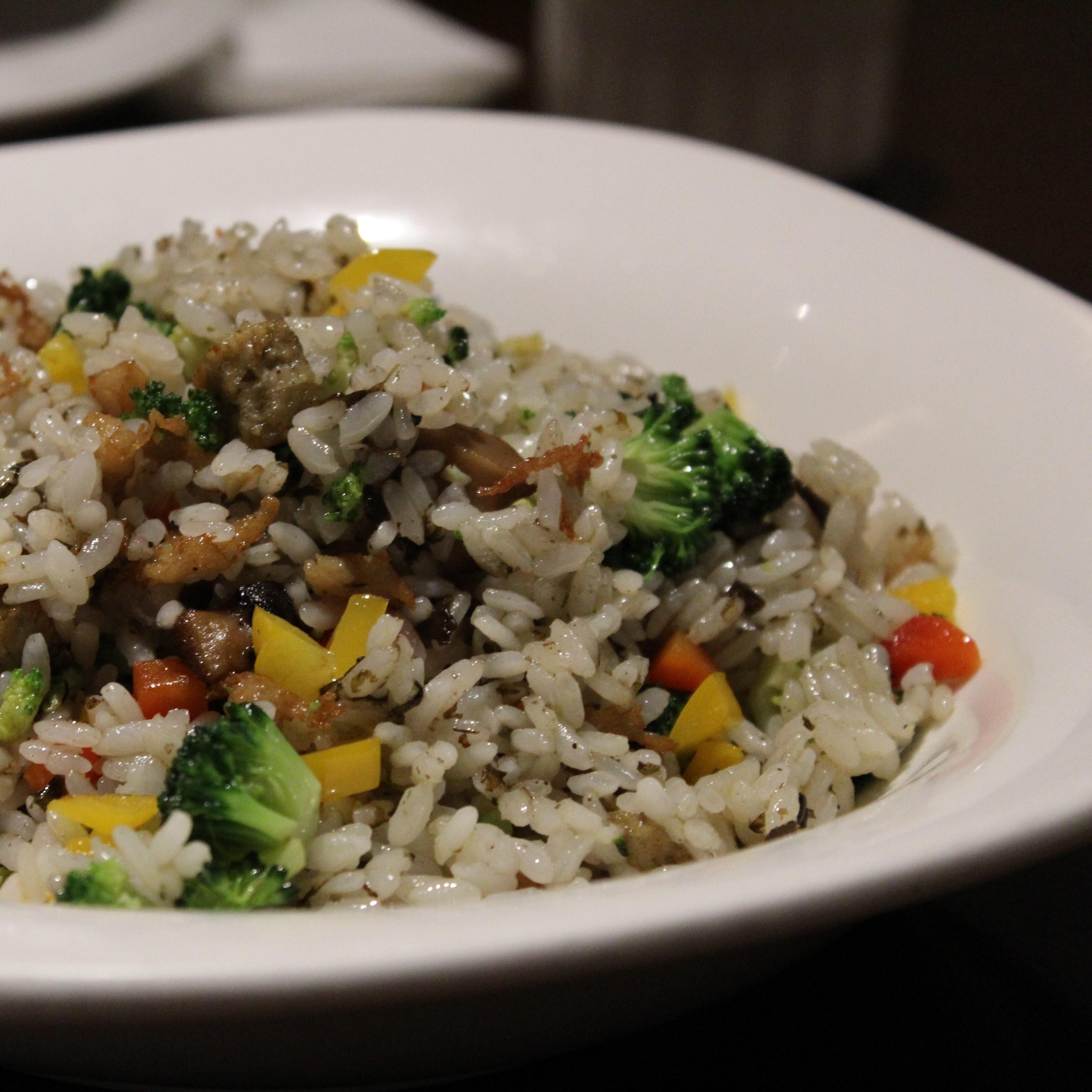 Das Bild zeigt einen weißen Porzellanteller mit Gemüsereis