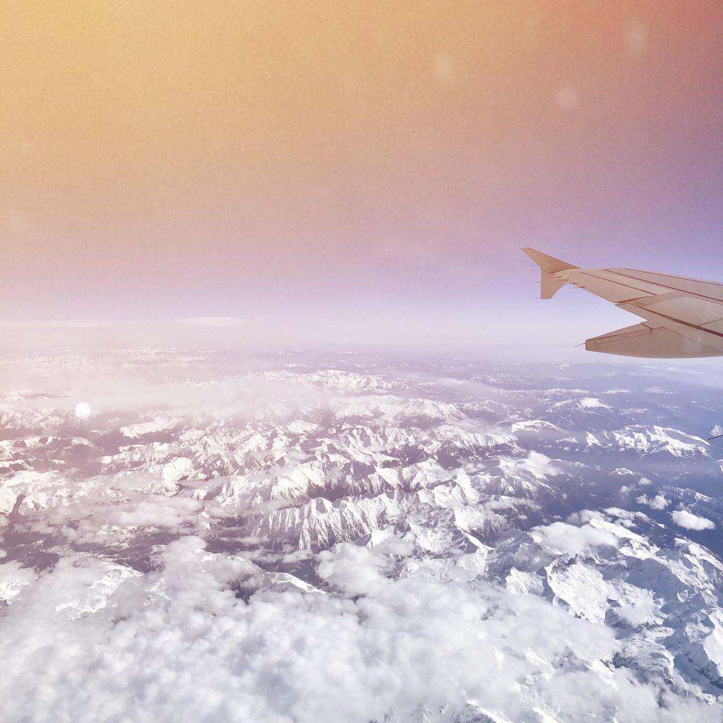 aus dem Flugzeug, Blick auf die verschneiten Alpen