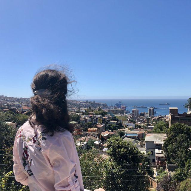 Ich stehe vor einem Ausblick in Valparaíso und schaue aufs Meer