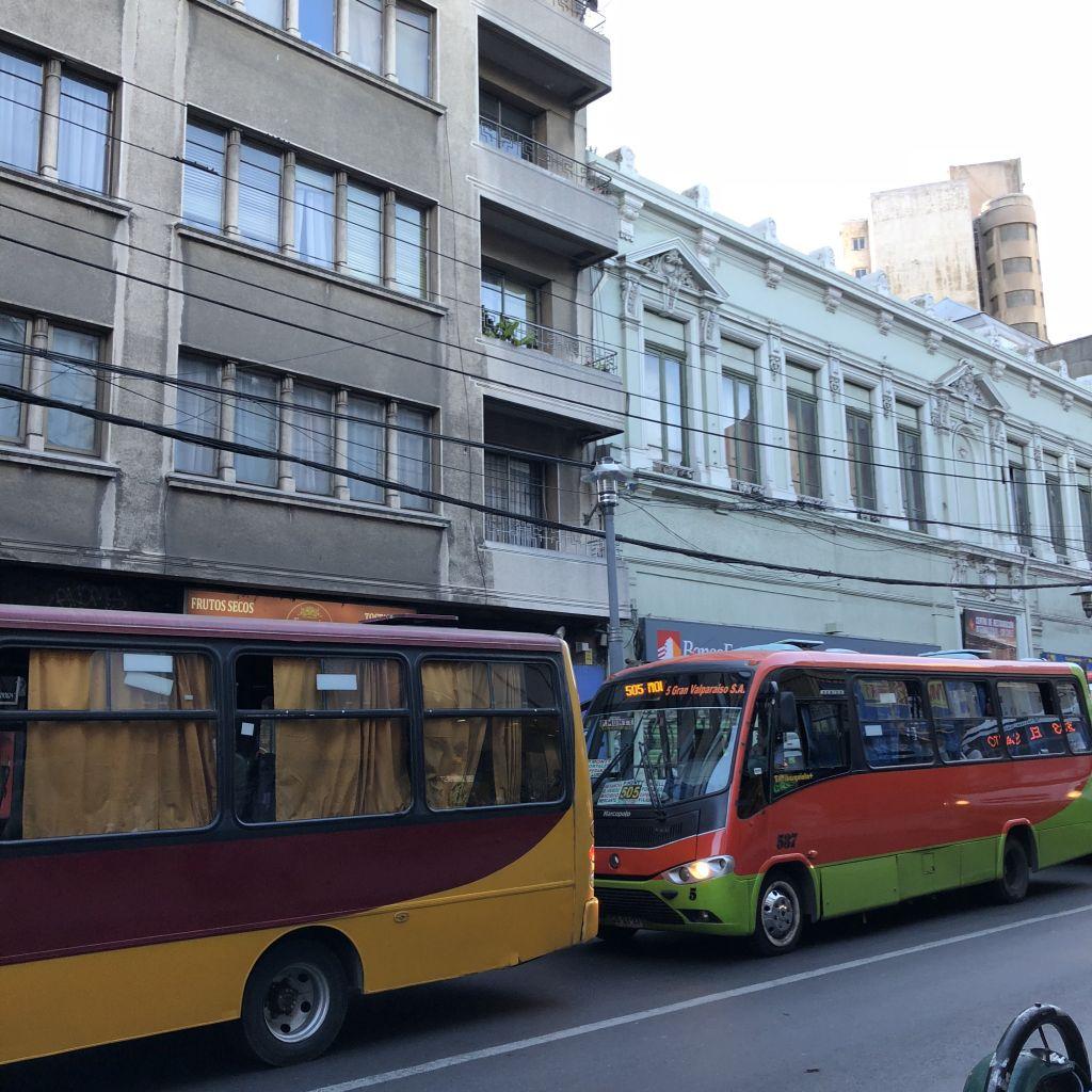 zwei kleinere Busse vor einem Haus