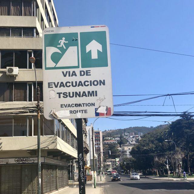 """Schild mit Aufschrift """"Tsunami-Evakuationsroute"""""""
