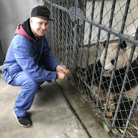 Ich beim Füttern der Pandas