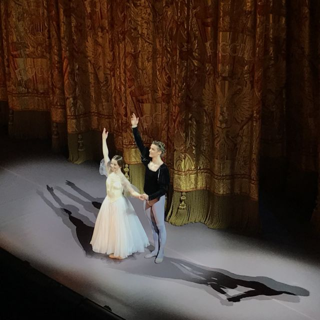 Primaballerina und Primoballerina verbeugen sich auf der Bühne