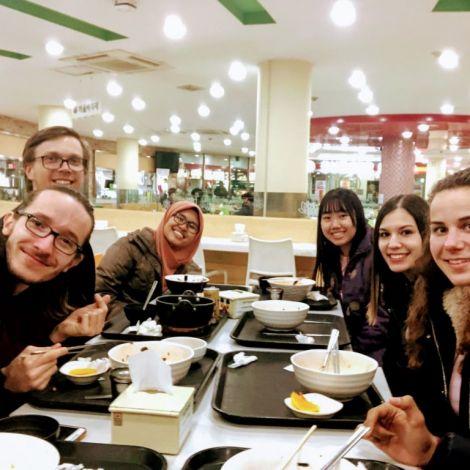 Freunde beim Mittagessen in der Cafeteria