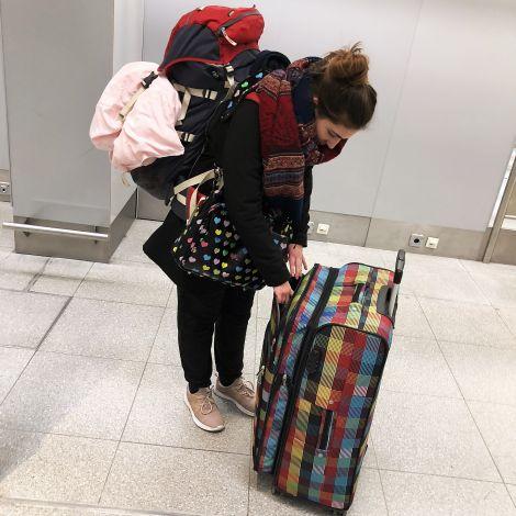 Mädchen mit viel Gepäck