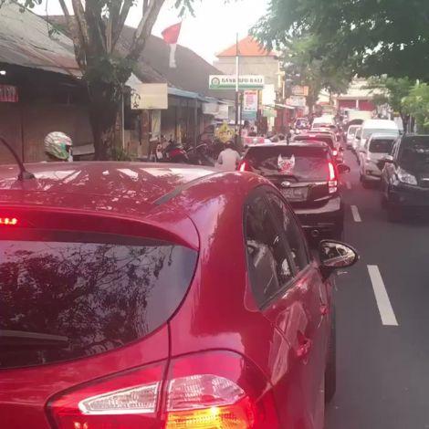 Typische Verkehrssituation auf Bali. Als Autofahrer kommt man gar nicht voran…