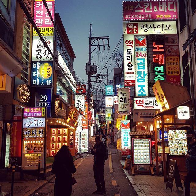 Direkt hinter riesigen Bürogebäuden in Gangnam finden sich Straßen voller…