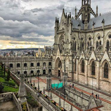 Im Zentrum von #Quito findet sich die größte neugotische Basilika Amerikas…