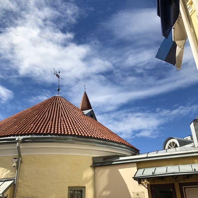rundes Dach vor blauem Himmel, am Rand eine estnische Flagge