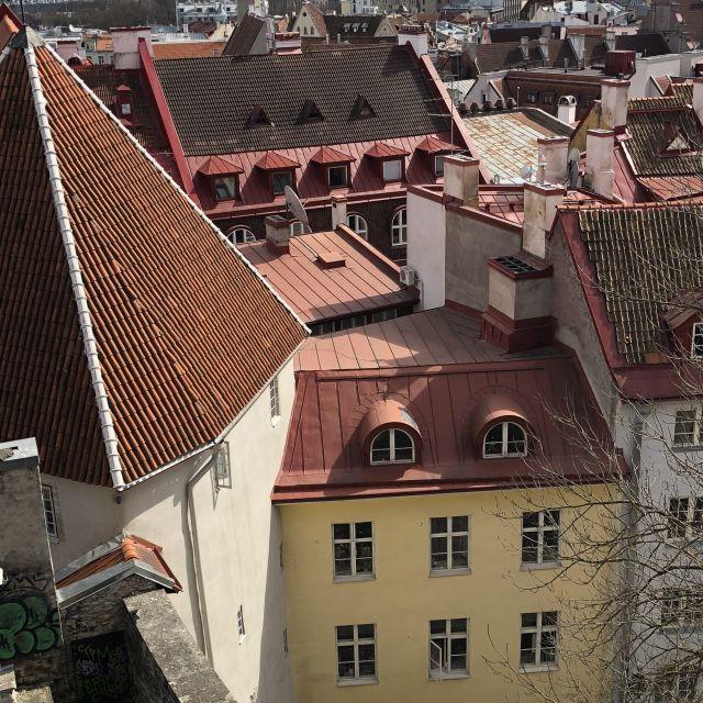 Rote Ziegeldächer in einer mittelalterlichen Stadt