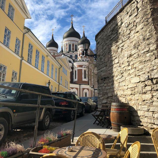 Am Ende einer engen Gasse steht eine othodoxe Kathedrale mit Zwiebeltürmchen