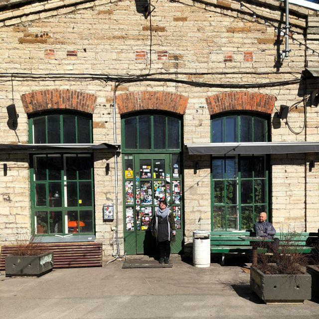 Alte Fabrikhalle, Türen mit vielen Stickern