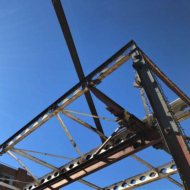 Metallkonstrukt vor blauem Himmel