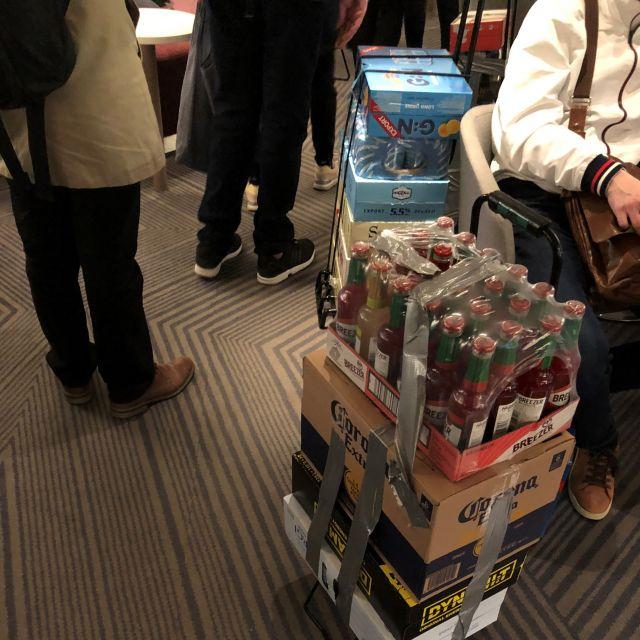 Alkoholische Getränke verzurrt auf einer Sackkarre mit Gewebeband