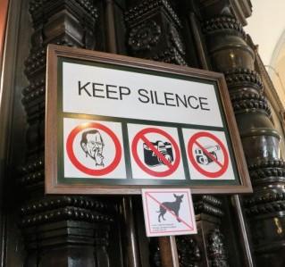 Verbotsschild aus der orthodoxen Kathedrale in Tallinn: Leise sein, nicht fotografieren, nicht filmen, keine Hunde