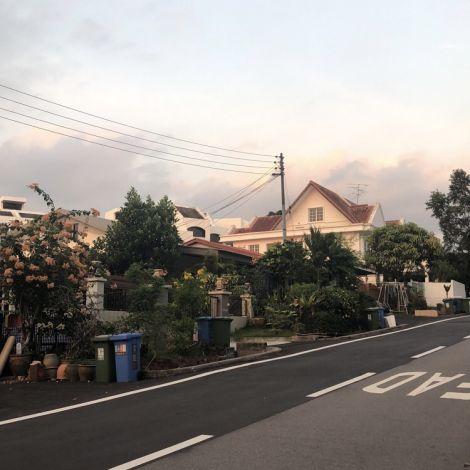 Das Bild zeigt eine Straßenszene bei Sonnenuntergang