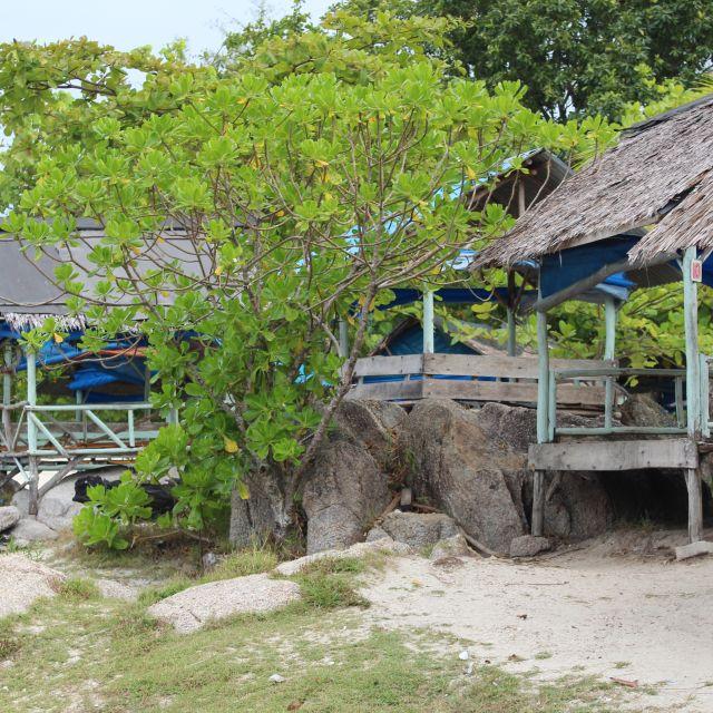 Das Bild zeigt mehrere Strandhütten