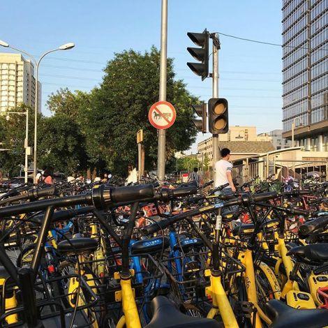 In Peking gibt es über 2,35 Millionen Shared bikes🚲. Aufgemacht werden die…