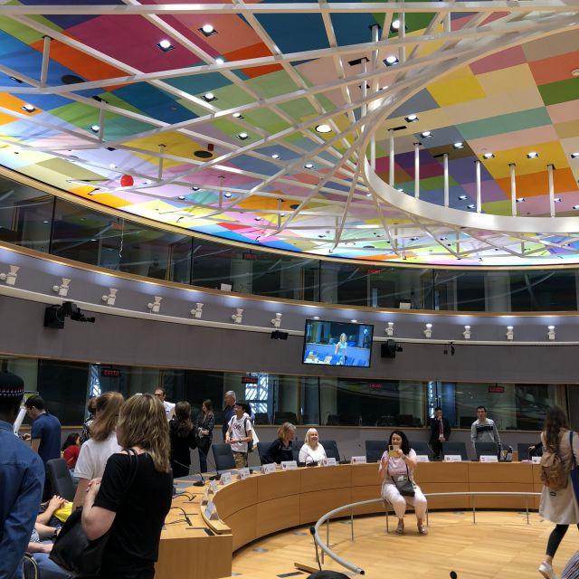 Bunter Plenarsaal im Europäischen Rat