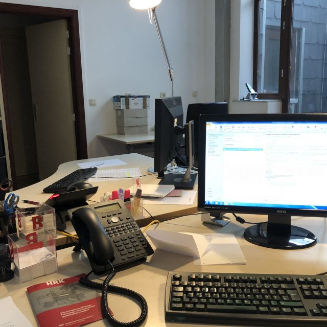 Mein Arbeitsplatz, Schreibtisch mit Lampe, Computer, Telefon und Unterlagen