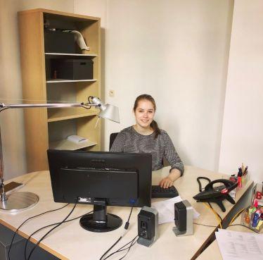 Ich arbeite an meinem Schreibtisch