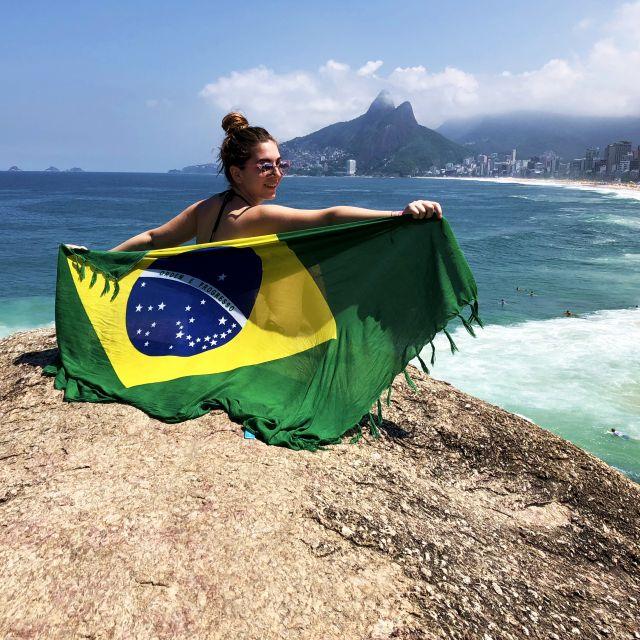 Mädchen mit Brasilientuch auf einem Berg mit aussicht auf Rio