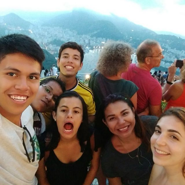 junge Menschen lächeln in die Kamera