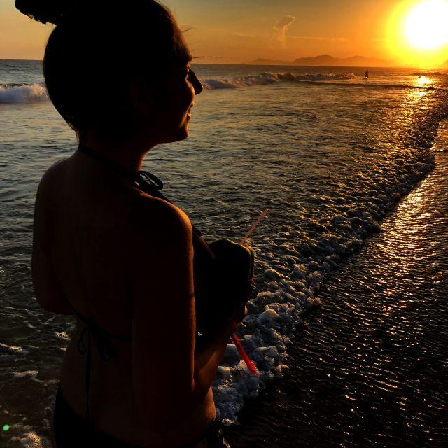 Mädchen beim Sonnenuntergang am Strand