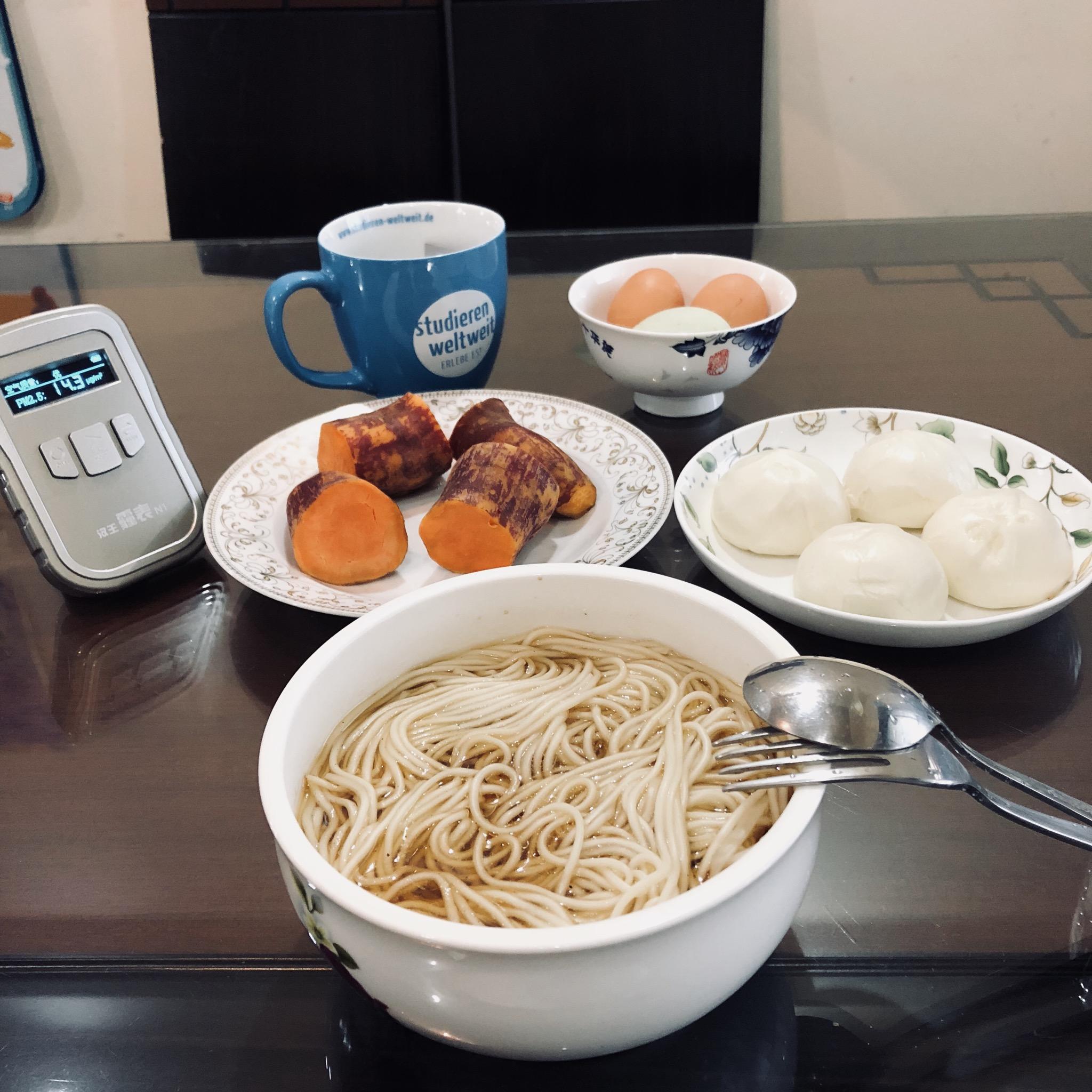 Gut gefrühstückt, trotz schlechter Luft