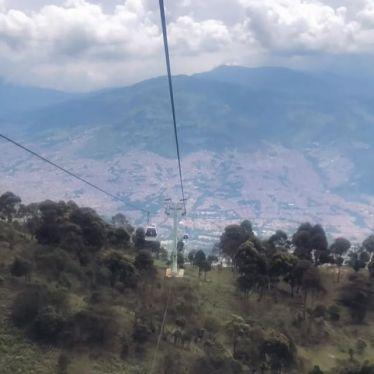 Soo nice! Um die Berge um #Medellín hochzukommen gibt es die #Teleféricos…