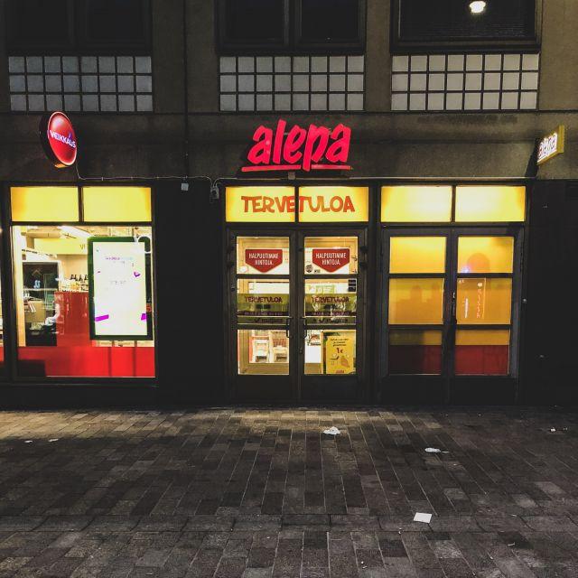 """rote Leuchreklame des finnischen Supermarktes """"alepa"""""""