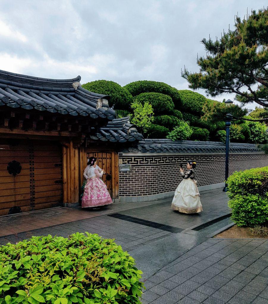 Koreanische Touristen in Hanbok Trachten vor der Tempelanlage in Jeonju